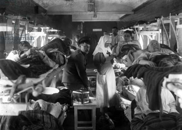 Nurses tending the wounded on a Red Cross train, c.1915 (b/w photo)