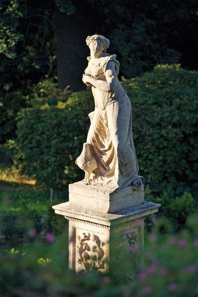 Juno statue in the Rose Garden, Belvoir Castle, Leicestershire (photo)