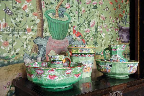 Decorative Chinese items and wallpaper in the Wellington Room (photo)