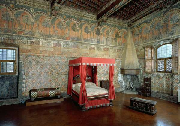Room of the Castellana di Vergi showing the frescoed walls and frieze depicting a medieval French romance (photo)