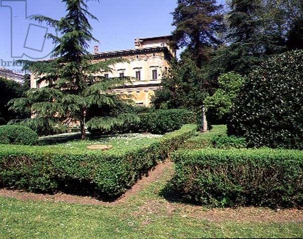 View of the villa from the garden, designed by Baldassarre Peruzzi (1481-1536) 1506 (photo)
