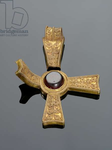 588 [Also known as K303] Cross pendant in gold with a central garnet and filigree decoration (gold & garnet)