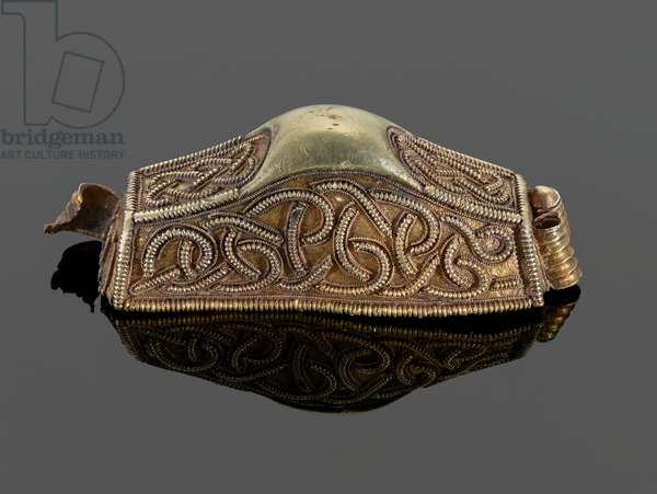 31 [K88, view 1] Pommel of cocked-hat form with filigree interlace (gold)