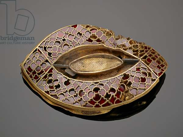 542 [K270] Eye-shaped mount in gold and garnet cloisonné (gold & garnet)