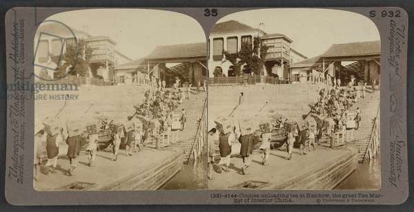 Coolies unloading tea at Hankow, the great tea market of interior China, c.1900 (stereoscopic photo)