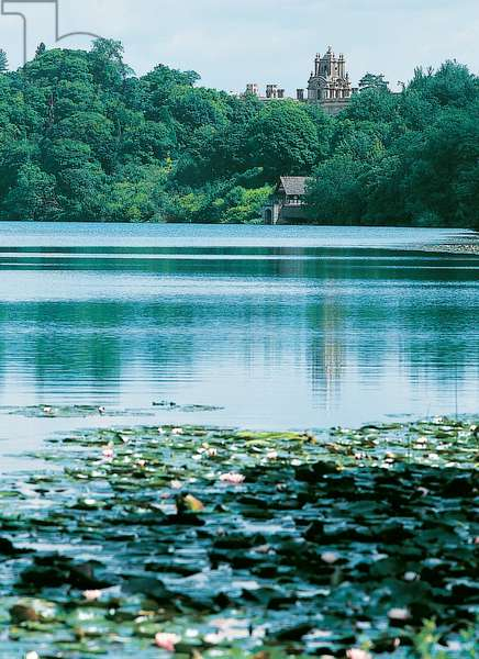 Blenheim Palace and the boathouse across Capability Brown's lake (photo)