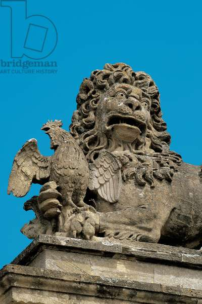 The Lion of England assaults the Cockerel of France, on the clock tower arch of Blenheim Palace (photo)