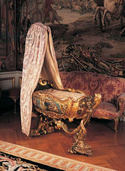 An Italian cradle in the First State Room at Blenheim Palace (photo)