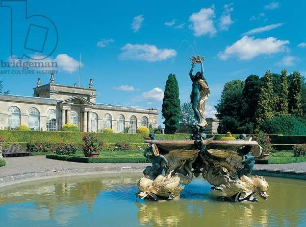 The Mermaid Fountain in the Italian Garden at Blenheim Palace (photo)
