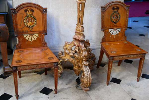 Chairs with Garter mottos in the Great Hall at Blenheim Palace (photo)