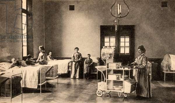 Le Mans - L'Hopital - Une Salle de Malades (Enfants), Le Mans, France, c.1915 (postcard)