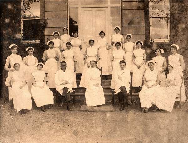 Group Portrait of Doctors and Nurses, c.1900 (silver gelatin print)