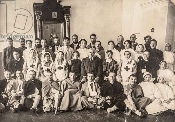 Group Portrait of Russian Hospital Staff and Patients, Russia, 1914 (silver gelatin print)