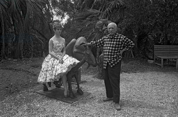 "Brigitte Bardot and Pablo Picasso at villa ""Californie"" in Cannes during Cannes festival 1956 (photo)"