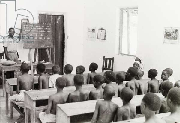 Reading lesson at a Kenyan school, 11 February 1947 (b/w photo) [1995/076/1/2/7/31]