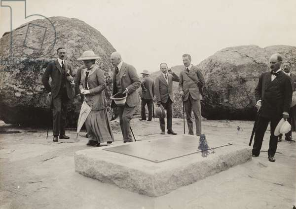 Visiting the grave of Cecil Rhodes, 1910 (b/w photo) [1995/076/1/4/1/81]