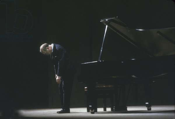 Sviatoslav Richter takes a bow after performing at the Maltings Concert Hall, Snape, Suffolk, June 1967 (photo)