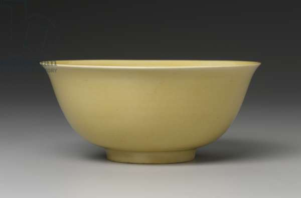 Bowl decorated with yellow glaze (porcelain)