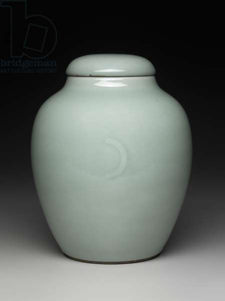 Covered jar decorated with celadon glaze (porcelain)