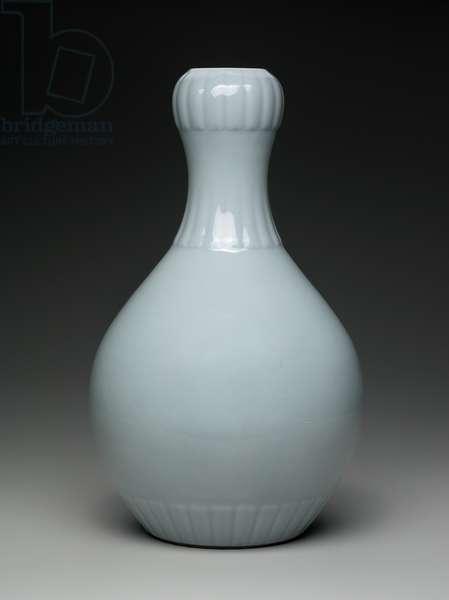 Garlic head vase decorated with celadon glaze (porcelain)