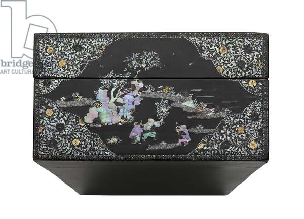 Presentation box, 17th - 18th century (lacquered wood, mother of pearl, gold & silver foil inlay)
