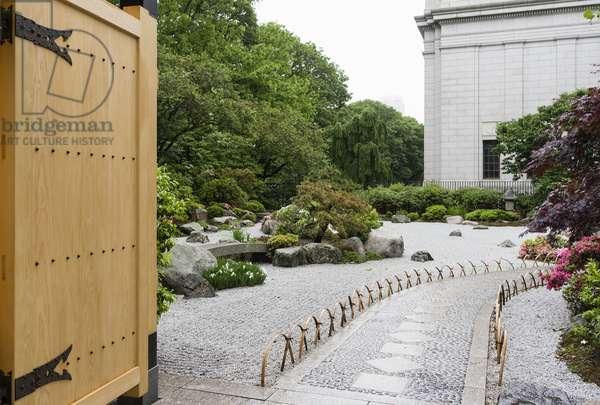 Kabukimon-style entrance gate and walkway of the Tenshin-en Japanese Garden, Museum of Fine Arts, Boston, USA (photo)