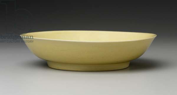 Plate decorated with yellow glaze (porcelain)