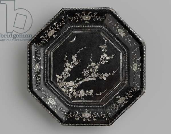Octagonal dish, late Yuan to early Ming period, second half of the 14th century (wood, lacquer & mother of pearl)
