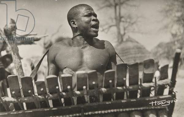 Tchad. Joueur de Balafon (Char, Balafon Player) (b/w photo)
