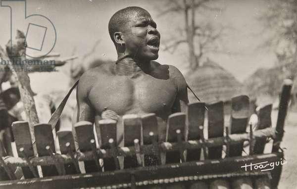 Tchad. Joueur de Balafon (Char, Balafon Player) (b/w photo)