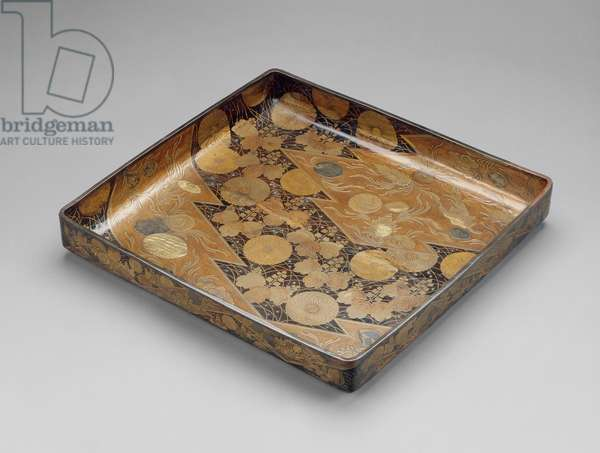Clothing tray (midarebako) with decoration of shells, autumn grasses and crests, Momoyama Period (lacquer with gold, silver & other metal inlays)