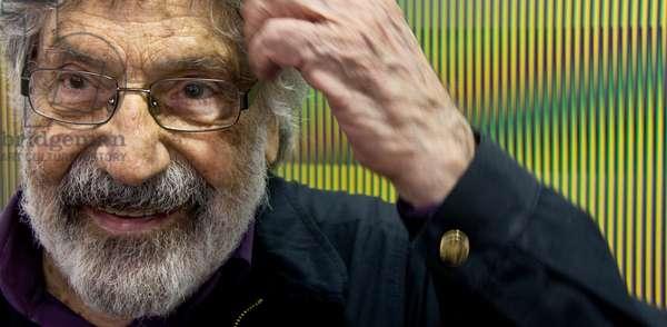 Carlos Cruz-Diez in front of an Inducción Cromática a doble frecuencia, 2013