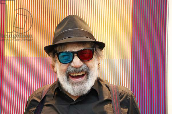Carlos Cruz-Diez with his 3D glasses in front of a Physichromie in his artist's studio, 2010