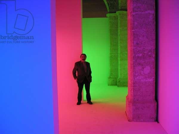"""Carlos Cruz-Diez en la Cromosaturación durante la exposición """"Carlos Cruz-Diez. De lo participativo a lo interactivo. Otra noción del color"""", l'Almodí, Valencia, España, 2003 (photo)"""