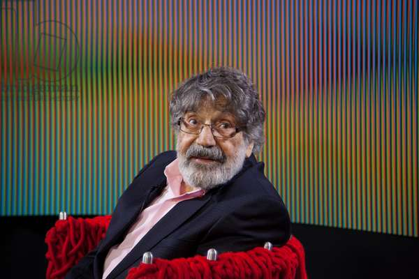 Carlos Cruz-Diez in interview in front of an Induction Chromatique à double fréquence, 2015