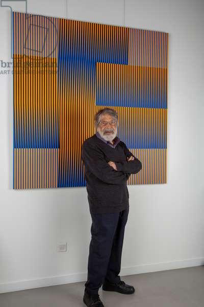Carlos Cruz-Diez in front of the Induction du Rose N°206 in his artist's studio, 2018 (acrylic on aluminum)