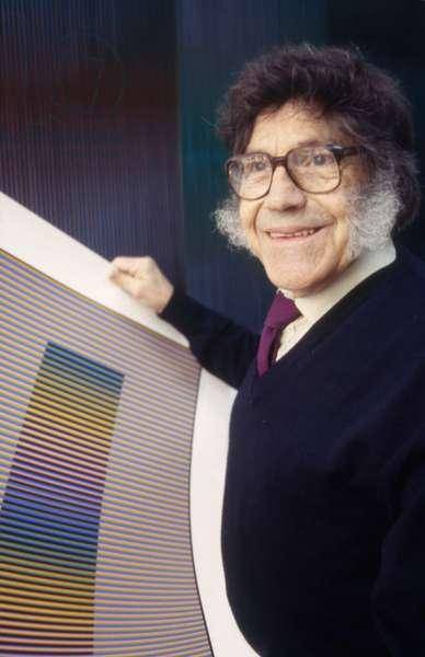 Carlos Cruz-Diez with an Induction Chromatique à double fréquence in his Parisian studio, 1994 (photo)