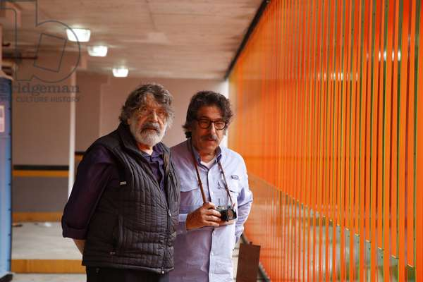 Carlos Cruz-Diez with his son Jorge Cruz Delgado in front of the Cromoestructura, 2015 (lacquered paint on an aluminum structure    )