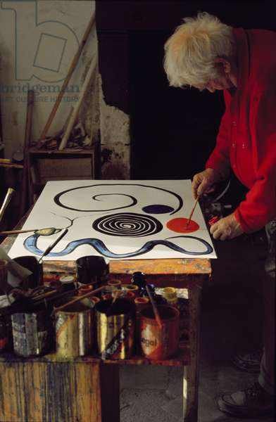Alexander Calder (1898-1976) at work in the 'Gouacherie' (photo)