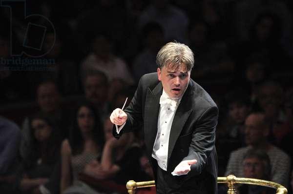 Edward Gardner conducting the BBC Symphony Orchestra (photo)