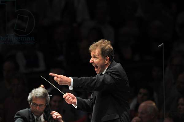 Thierry Fischer conducting with BBC National Orchestra of Wales (photo)