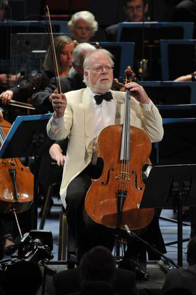 Lynn Harrell (cello) performing with the BBC Scottish Symphony Orchestra (photo)