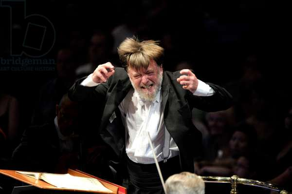 Sir Andrew Davis conducting the BBC Symphony Orchestra (photo)