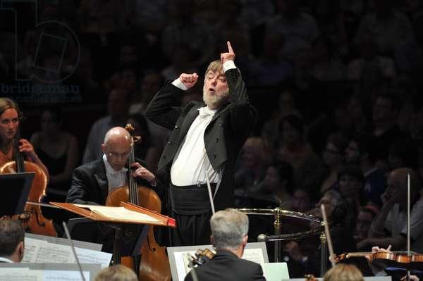 Sir Andrew Davis conducting the BBC Symphony Orchestra (photo)