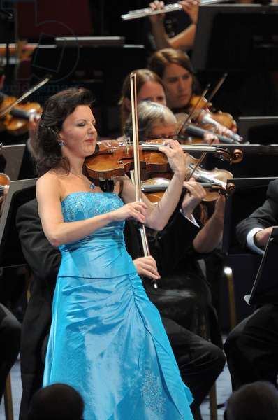 Tasmin Little (violin) performing with the BBC Symphony Orchestra (photo)