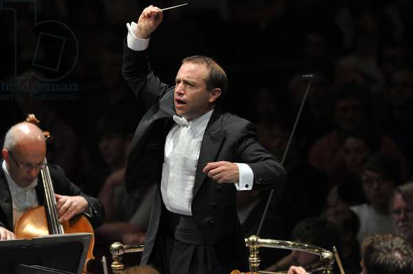 Mark Wigglesworth conducting the BBC Symphony Orchestra (photo)