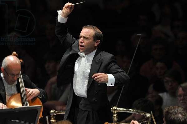 Mark Wigglesworth conducting the BBC Symphony Orchestra (photo)