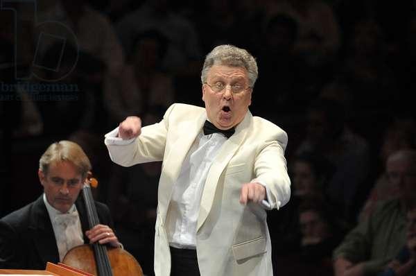 Vassily Sinaisky conducting the BBC Philharmonic Orchestra (photo)