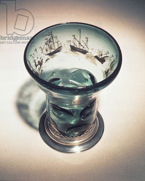 Roemer with wide bowl, decorated with bands of ships in Schwarzlot technique (glass)