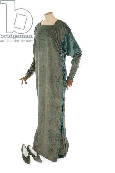 Full length tabard gown and pair of matching shoes, Mariano Fortuny, c.1900-20 (photo) (see also 622863)